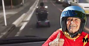 Японська бабця осідлавши скутер влаштувала пробку